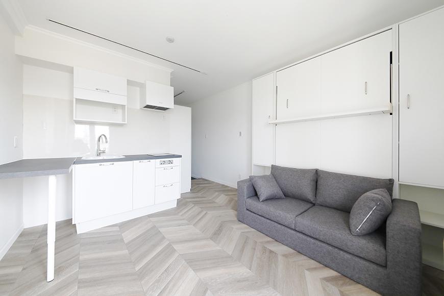 """""""ワンルームのお部屋なのにベッドの存在がない空間"""" ソファーの背面に壁面収納式の""""マーフィーベッド""""が収納さていれます。_MG_5070"""