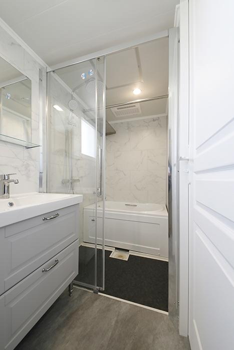 洗面とバスルーム、トイレが一体となったホテルライクなサニタリールームです。ガラス張りのバスルームが洒落ています。_MG_5238