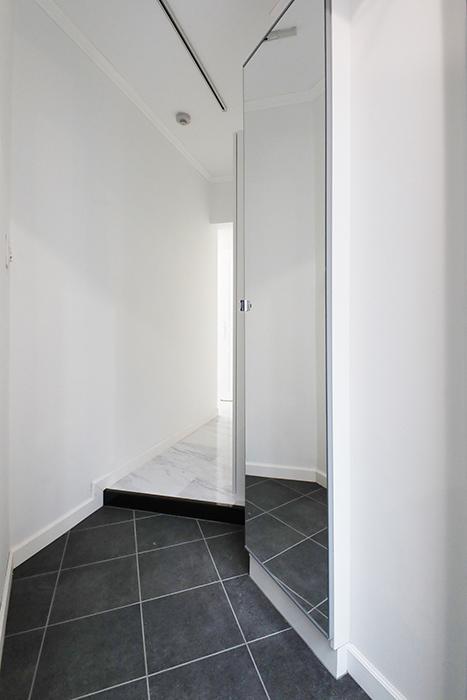 玄関スペースです。まずは。姿見ミラー兼クローゼットがあります。_MG_5299