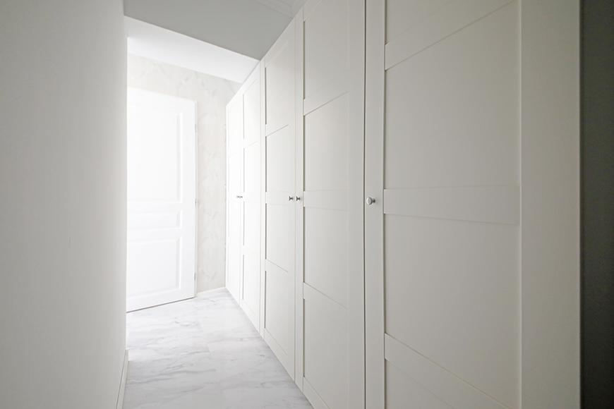 これが、廊下です。右手にクローゼットが並びます。【プレシオール藤が丘】の中でも、収納が充実しているお部屋です。_MG_5330