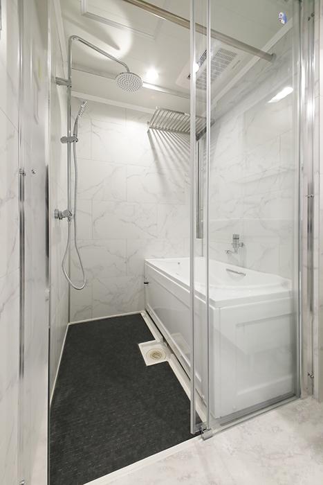 ガラス張りのバスルームが洒落ています。_MG_5427