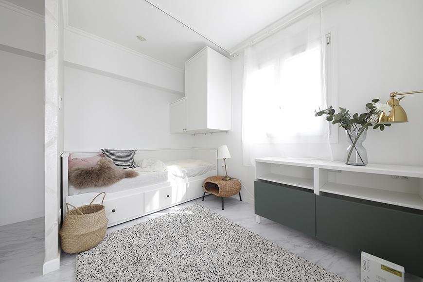 リビング内のベッドスペースです。ベッド左手に間仕切り壁が立っているように、ベッドスペースを区切れるのがカルムタイプの特徴です。_MG_5482