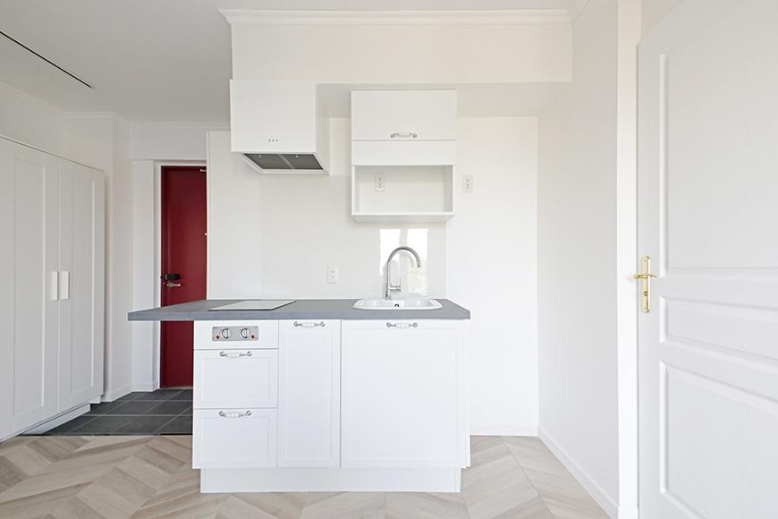 キッチンもクローズアップしておきます。シンプルなキッチンに、何気ないのですがコンロのシルバーのツマミが洒落ています。_MG_5671