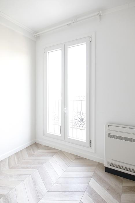 窓ガラスの向こうに見えるバルコニーのアイアンフェンスがお洒落です。_MG_5728
