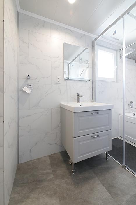 302号室と同様、洗面とバスルーム、トイレが一体となったホテルライクなサニタリールームです。_MG_5769