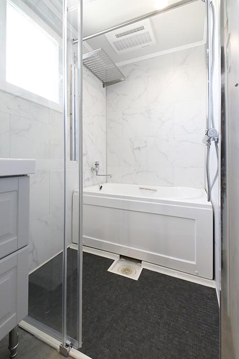 302号室と同じく、ガラス張りのバスルームが洒落ています。_MG_5790