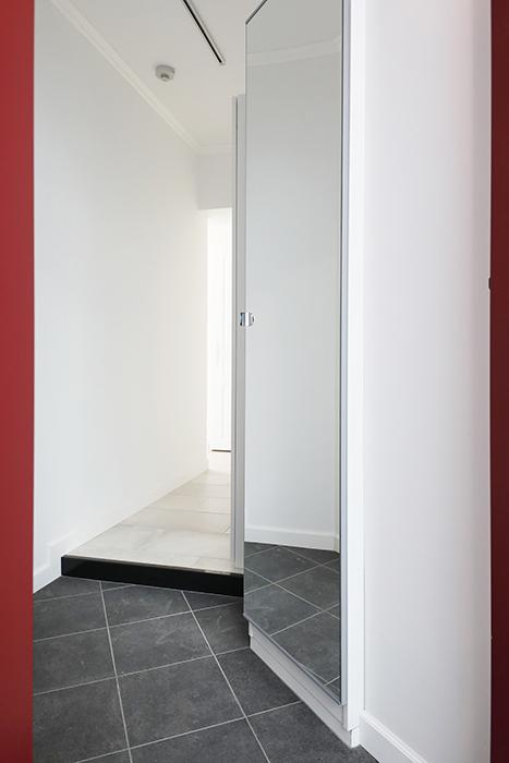 玄関入り口です。姿見ミラーで、お出かけ時の服装チェックに便利です。_MG_5830