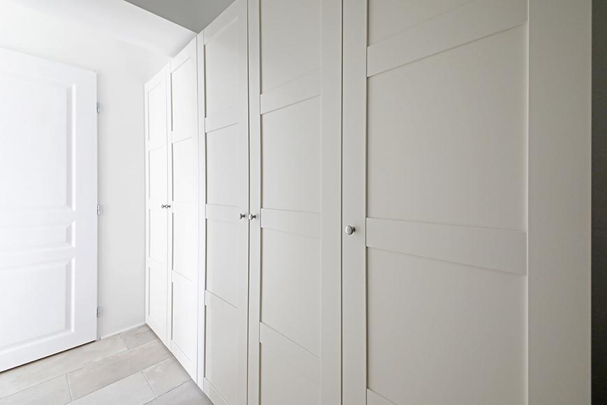 玄関からの廊下には、壁面にクローゼットが並びます。_MG_5848