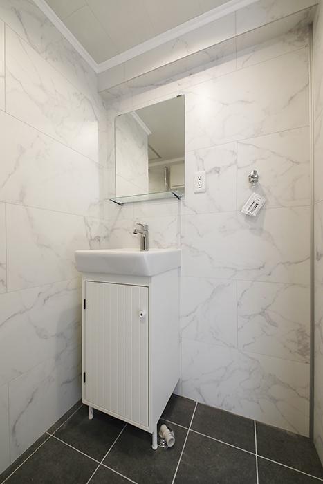 洗面化粧台は、シンプルなタイプです。_MG_5921