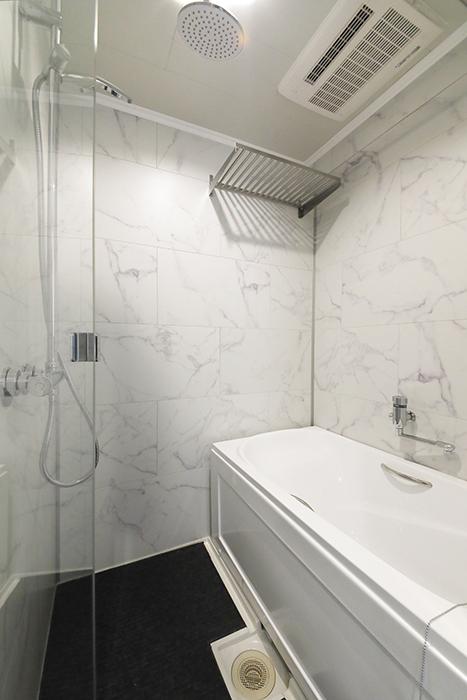 他のタイプのお部屋同様、洗面とバスルーム、トイレが一体となったホテルライクなサニタリールームです。_MG_5932