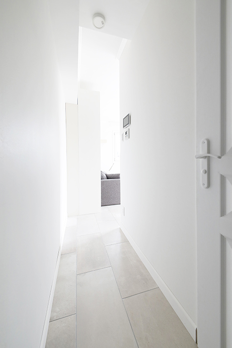 左に折れると、さらにリビングに続く短い廊下があり、プライベート感が保たれています。_MG_5957