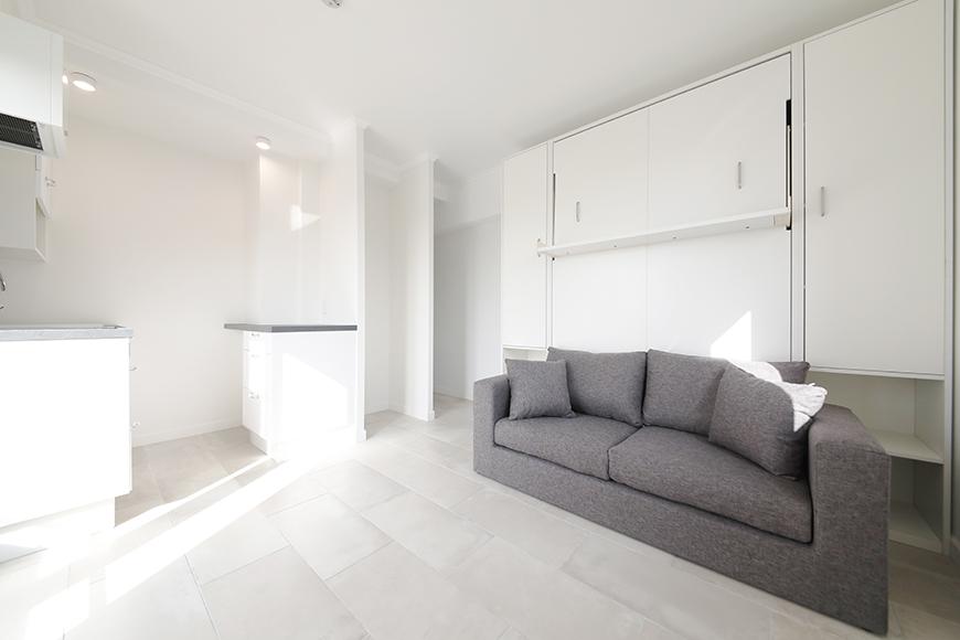 """ヴレタイプのもうひとつの特徴、壁面収納式の""""マーフィーベッド""""です。写真は、ベッドを収納してソファーとして使う状態のものです。_MG_5981"""