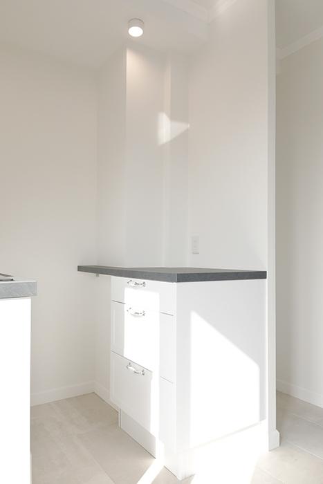 背面には収納棚と台があります。_MG_5995