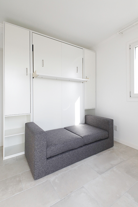 ソファーの上部の白い面がベッドの収納部になっています。_MG_6067