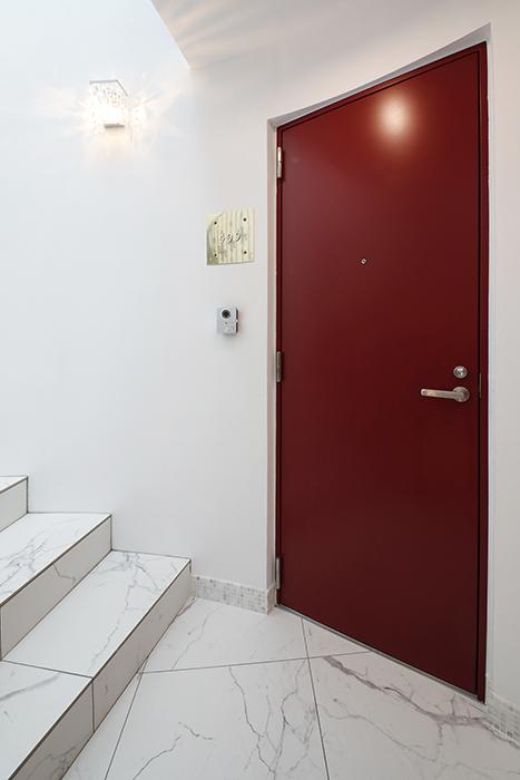 402号室同様、赤い玄関ドアにゴールドの銘板の玄関周りです。_MG_6108