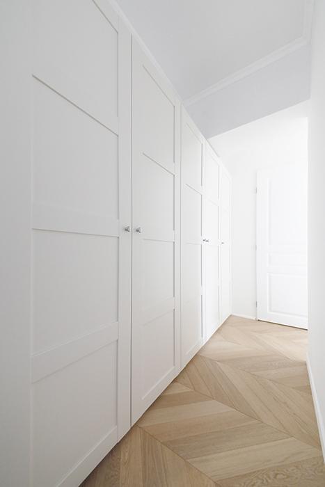 402号室同様、玄関からの廊下には、壁面にクローゼットが並びます。_MG_6142