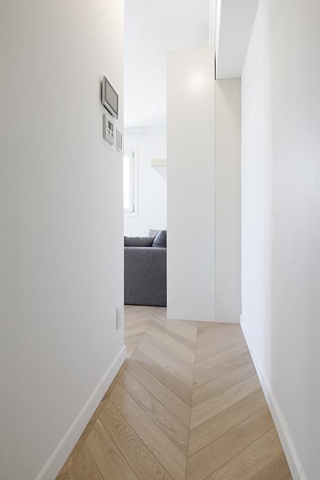 ▲右に折れると、402号室同様、さらにリビングに続く短い廊下があり、プライベート感が保たれています。_MG_6272