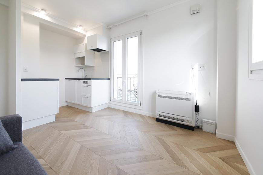 """""""マーフィーベッド""""のソファからキッチン方向を見たところです。ヘリンボーン柄の床は、写真からも本物の木といううのを感じさせますね。_MG_6285"""