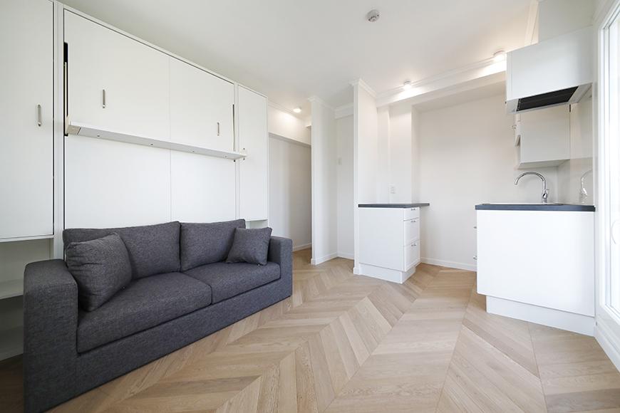 """ヴレタイプのもうひとつの特徴、壁面収納式の""""マーフィーベッド""""です。写真は、ベッドを収納してソファーとして使う状態のものです。_MG_6287"""