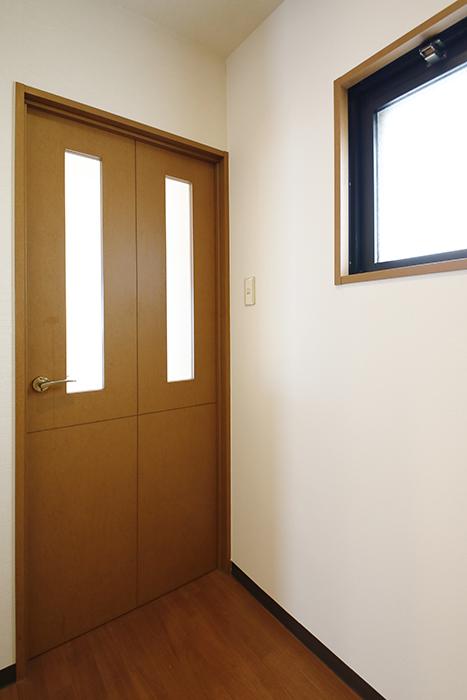 【ジュネス・5・栄】_2C号室_洋室へのドア_MG_2343