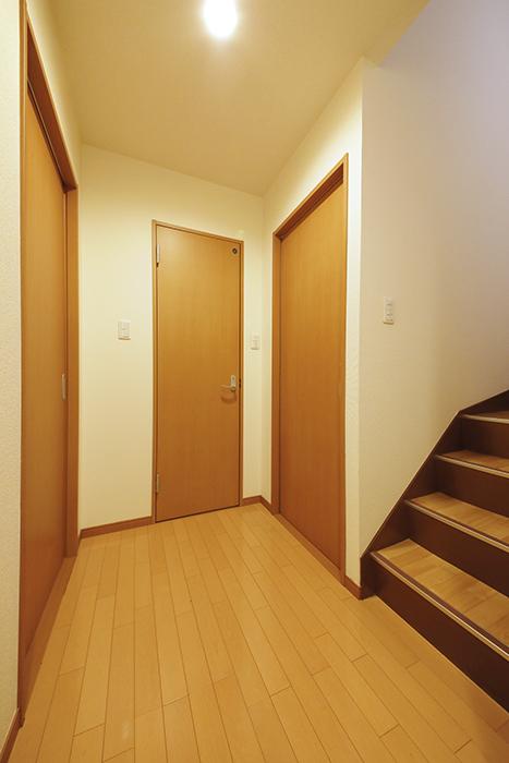 【センキ3】_2階_到着すると3枚のドアと3階への階段_MG_9828