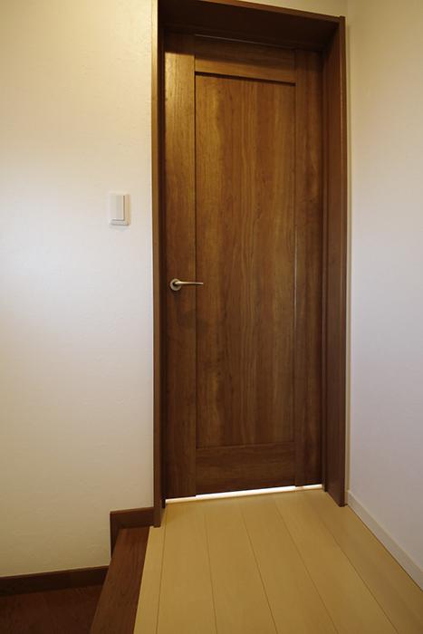 【RadIAnceさくら(レイディエンスさくら)】3階_洋室(4.83帖)へのドア_MG_1044