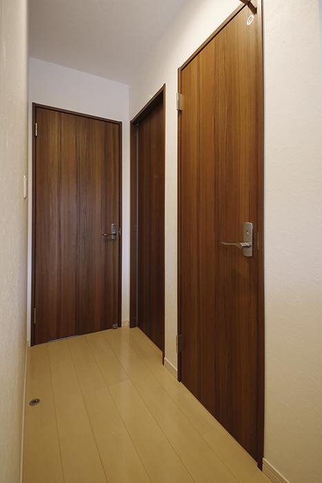 【RadIAnceさくら(レイディエンスさくら)】1階_廊下_水回り、納戸へのドア_MG_0561