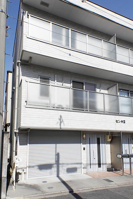 【センキ3】_外観_建物に向かって左側、三階までが我が家!_MG_9587