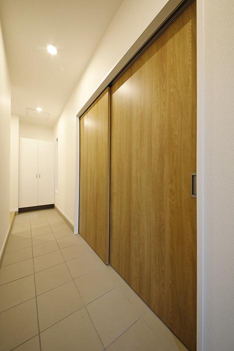 【Mon espace(モンエスパス)】A号室_ガレージと玄関土間との境界のドアをCLOSE!_MG_9126
