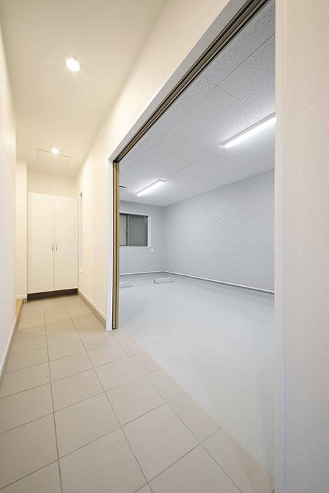 【Mon espace(モンエスパス)】A号室_ガレージと玄関土間との境界のドアをOPEN!_MG_9115