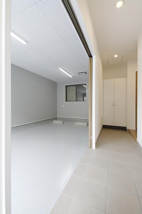 【Mon espace(モンエスパス)】B号室_1階_ガレージと玄関土間との境界_MG_9788
