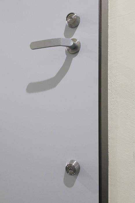 【吉川屋ビル】_5D号室_玄関周り_ドアのキーはダブルロックです_MG_2555