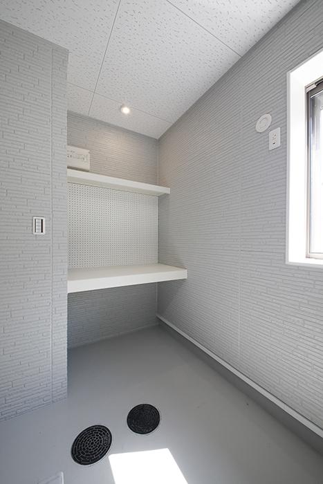 【Mon espace(モンエスパス)】A号室_ガレージ_奥の方にある作業スペース・棚_MG_9152