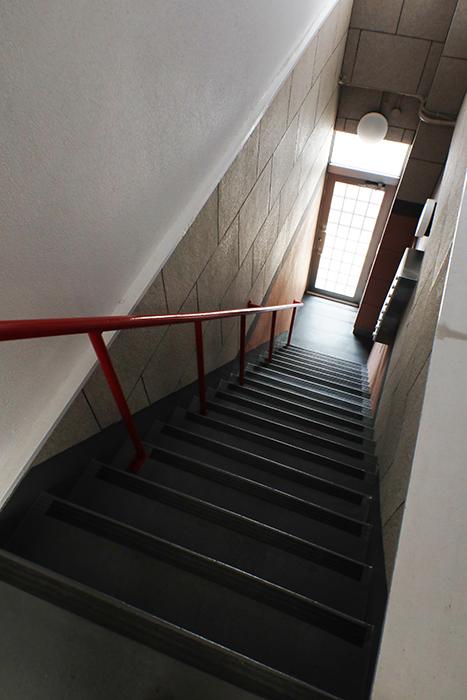 【山幸ビル】外観・共有_二階から一階へ_MG_3281