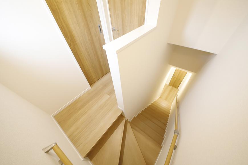 【Mon espace(モンエスパス)】B号室_1階から2階へ_階段途中から一枚_MG_9922