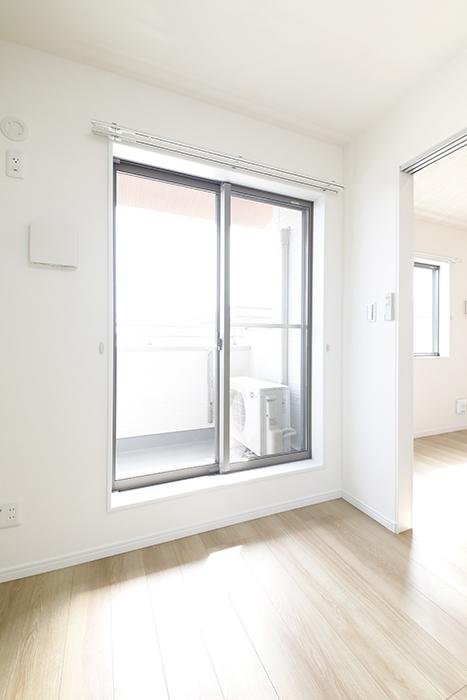 【Mon espace(モンエスパス)】A号室_2階_洋室(5.0帖)_ベランダへの窓_MG_9642