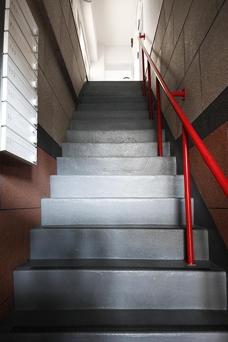 【山幸ビル】外観・共有_二階への階段_MG_3293