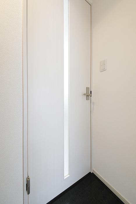 【山幸ビル】203号室_玄関周り_水回りへのドア_MG_3051