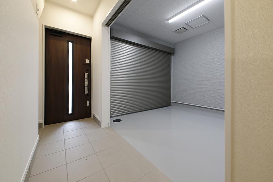 【Mon espace(モンエスパス)】B号室_玄関周り_土間・ガレージへのドアをOPEN_MG_9880