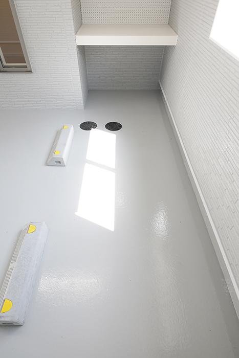 【Mon espace(モンエスパス)】A号室_ガレージ_車止めの後ろのスペースと作業スペース_MG_9227