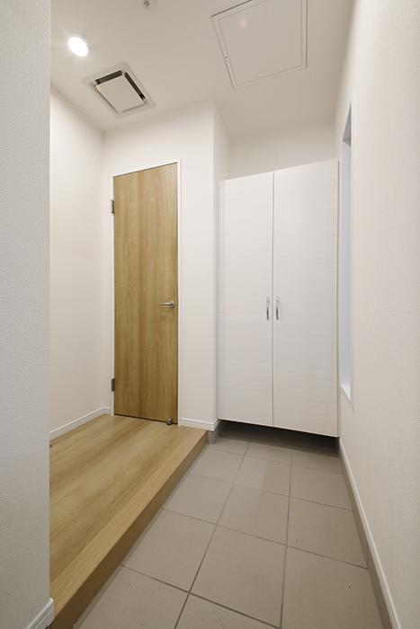 【Mon espace(モンエスパス)】A号室_玄関土間のシューズボックスとトイレのドア_MG_9281