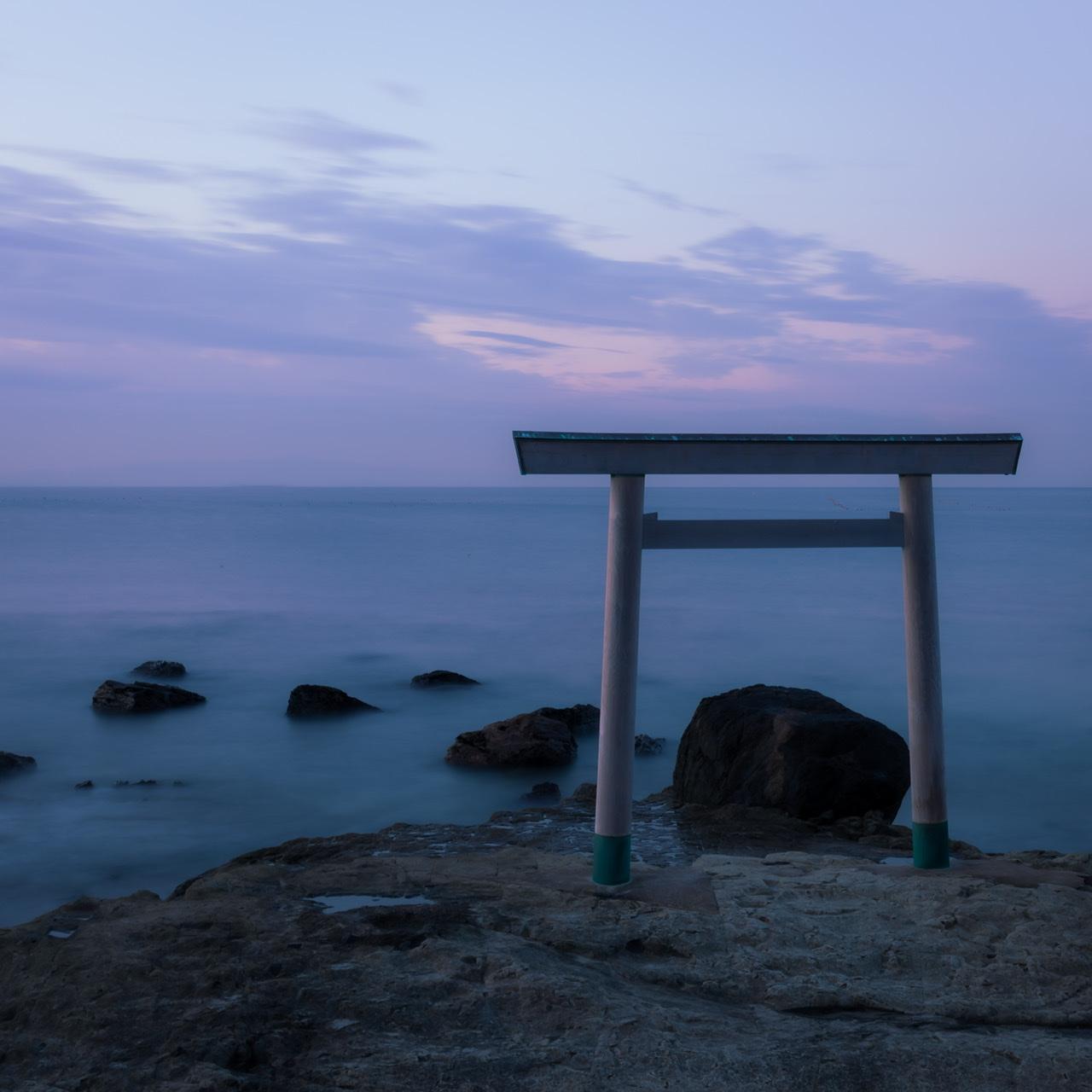 伊勢神宮に向かって鎮座する「つぶて浦神社」