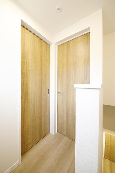 【Mon espace(モンエスパス)】B号室_居室・水回りへのドア_MG_9929
