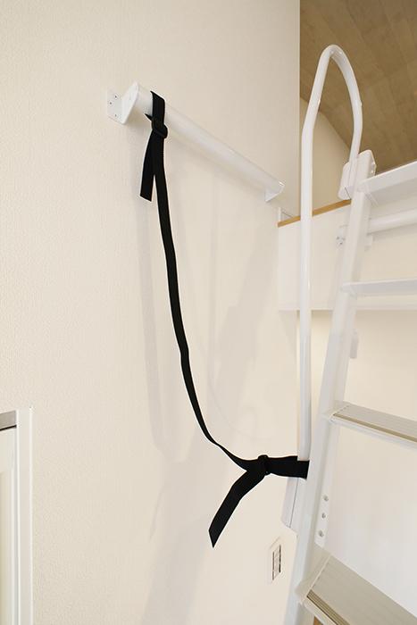 【Mon espace(モンエスパス)】B号室_2階_ロフト_階段転倒防止のロープ_MG_0060