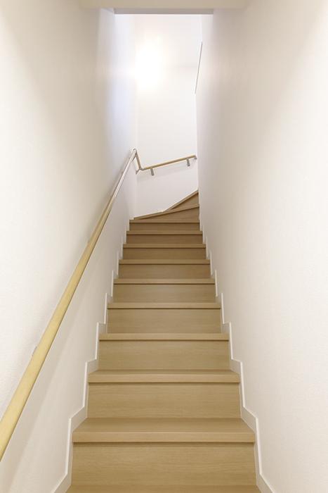 【Mon espace(モンエスパス)】B号室_1階から2階への階段_MG_9917