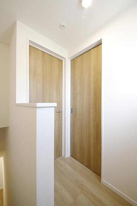 【Mon espace(モンエスパス)】A号室_二階_水回りへのドア、LDKへのドア_MG_9360