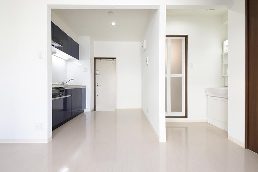 【吉川屋ビル】_5F号室_洋室からキッチン、玄関周り_MG_2939