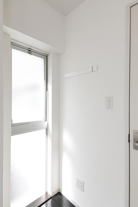 【山幸ビル】203号室_洋室_窓際にハンガー用のフックあります_MG_3208