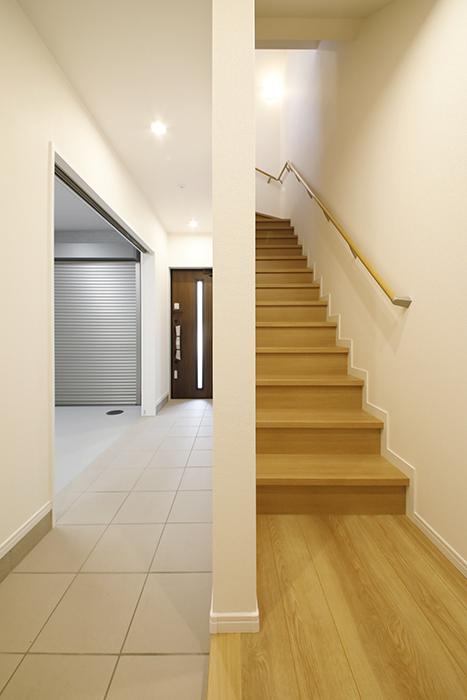 【Mon espace(モンエスパス)】A号室_玄関土間から二階への階段_MG_9342