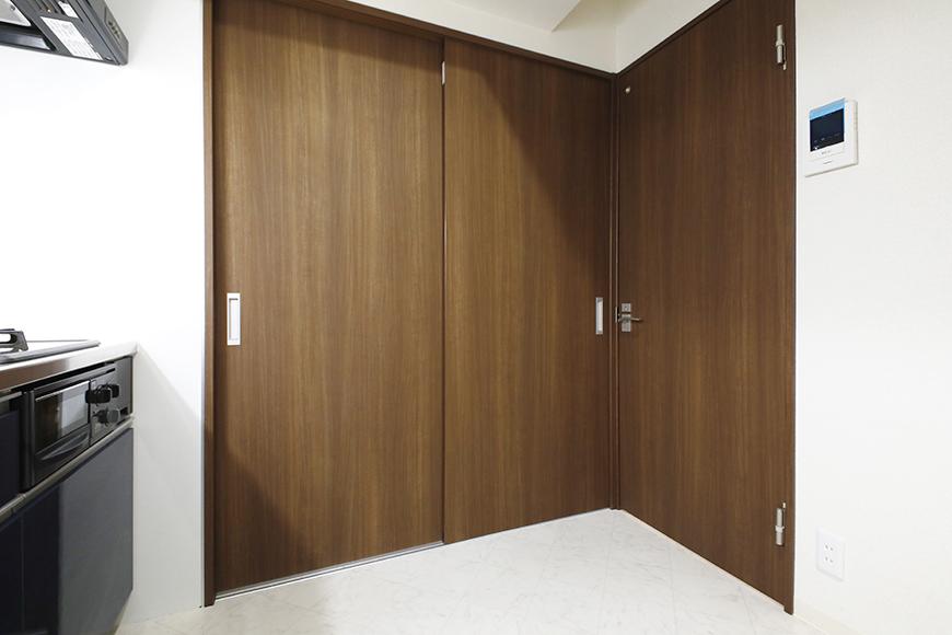 【吉川屋ビル】_5D号室_水回り・洋室へのドア_MG_2605